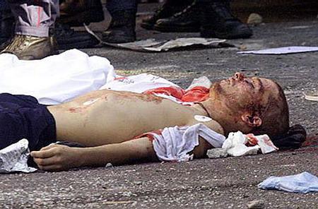 El cadáver de Carlo Giuliani sobre el asfalto de Génova