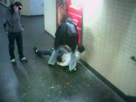 Violence policière dans les couloirs du métro parisien Doc-31106-1